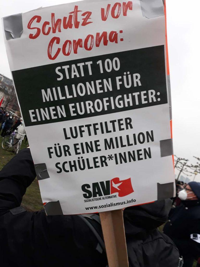 Plakat: Schutz vor Corona: Statt 100 Millionen für einen Eurofighter: Luftfilter für eine Million Schüler*innen
